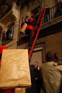 Patge pujant regals per una escala a Alcoi